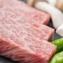 *[箱根西麗牛ステーキ一例]こんこんと湧き出る富士山の雪解け水を豊富に与え丹精こめて育てた肉牛