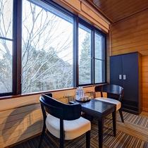 *[トリプル一例]豊かな自然が望める寛ぎスペースにセミダブルベッド3台を配したお部屋