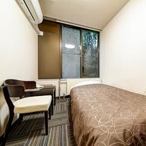 *[シングル一例]落ち着く広さ♪シンプルにデスクとシングルベッドを配したお部屋