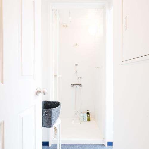 【シャワールーム】鍵付きの脱衣室の奥にユニットシャワー