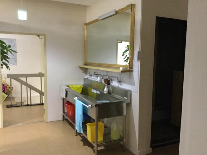 広い洗面台に大きな鏡