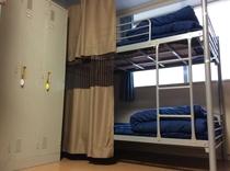 各ベッドにはカーテンがついています