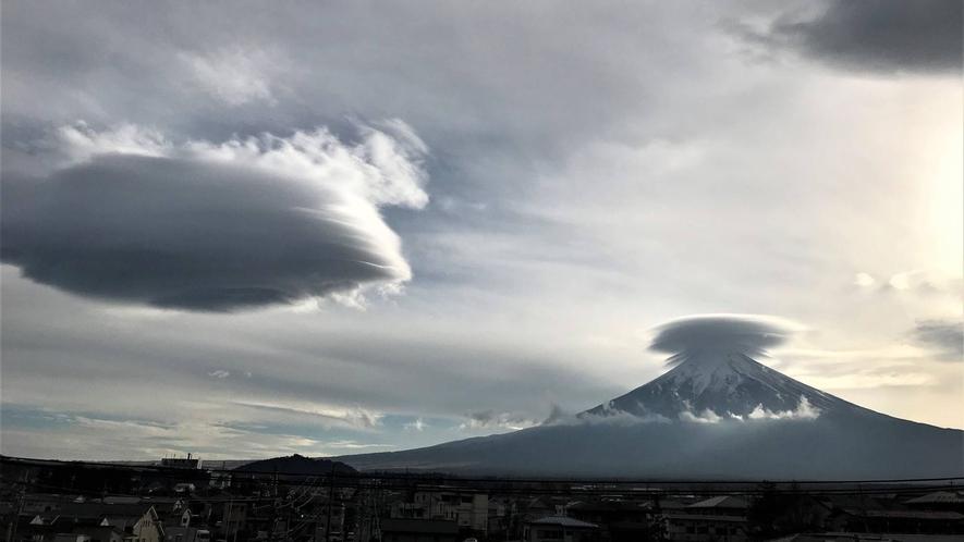 ・<周辺>曇りの日の富士山