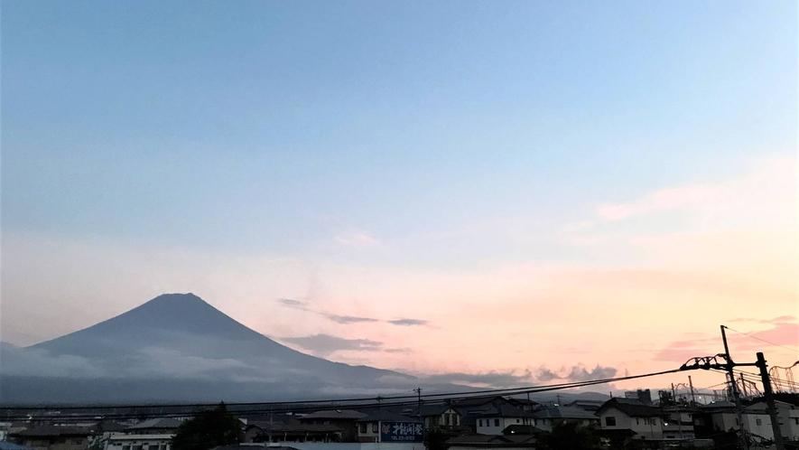 ・<周辺>夕暮れに佇む富士山