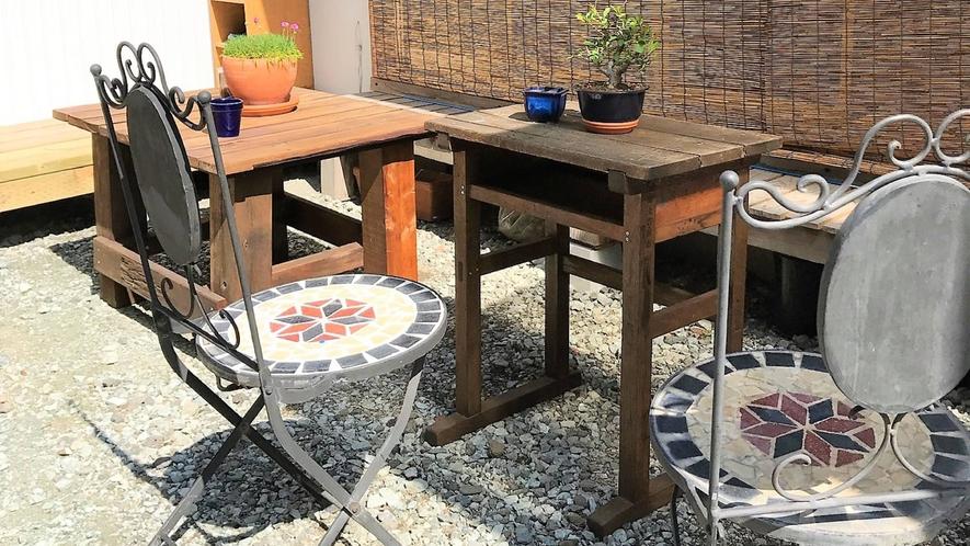 ・お庭にテーブルと椅子があります