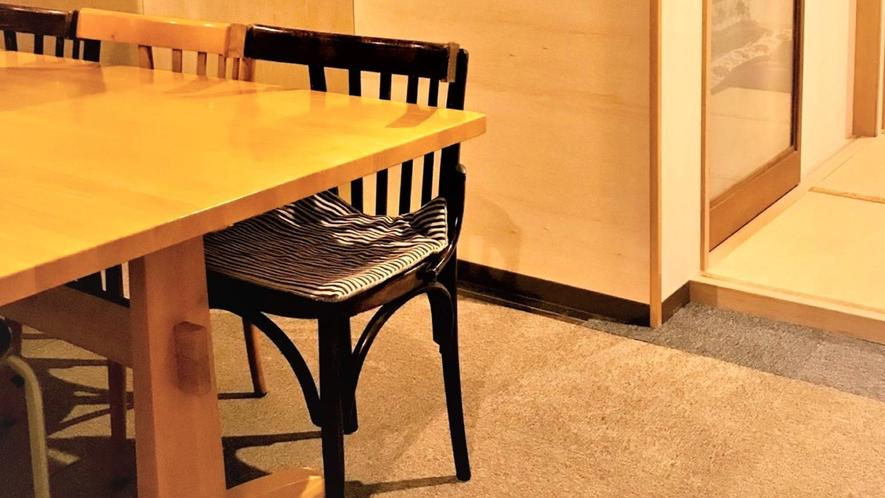 ・共有スペースに大きなテーブルがあり、お食事やお喋りなど、楽しい時間お過ごしください