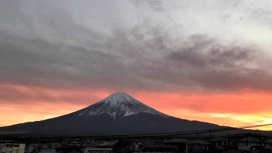 ・<周辺>夕焼けに照らされた富士山