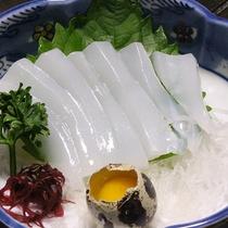 *【夕食一例】水イカのお造り。鶉卵とあわせるとまろやかに♪