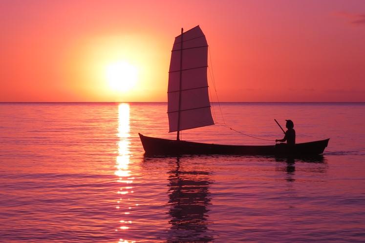 アクティビティ サバニ船ライド ~ 夕暮れ時のサバニ船。人気NO.1のアクティビティです♪ ~