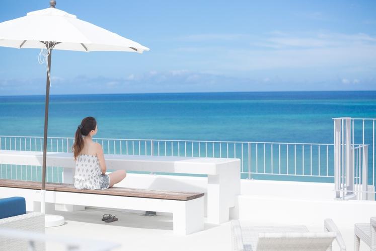 海と夕陽と星空の遠望デッキ ~ セブンカラーズ石垣島は、一人旅応援ホテルです ~