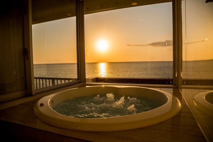 客室にあるバブルバスと夕陽のマリアージュで、最高のリラックスタイムを~。