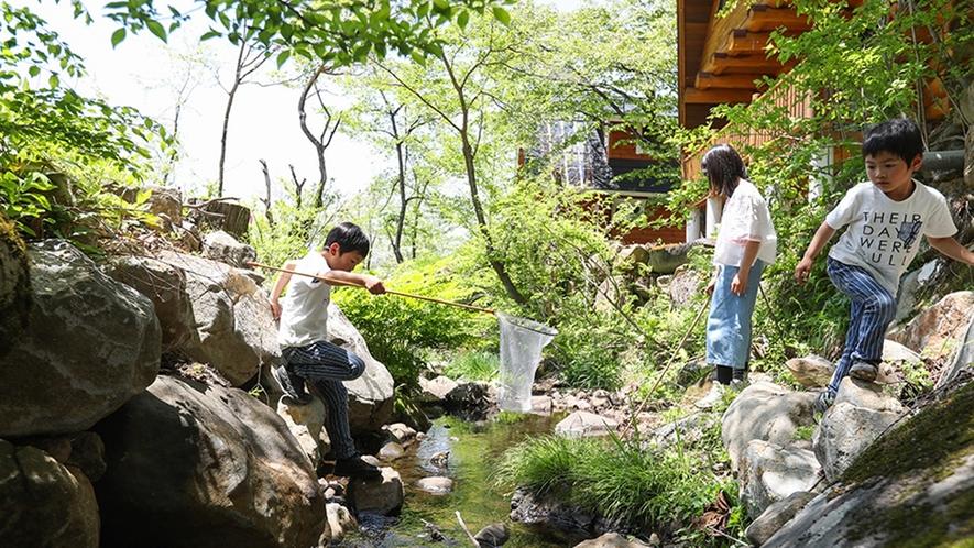 *【ログハウス14の棟】棟横を流れる小川では釣りや川遊びが楽しめます。