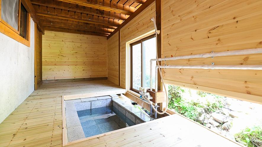 *【ログハウス14の棟】横に流れるせせらぎを眺めながら入れる屋根付きの露天風呂。