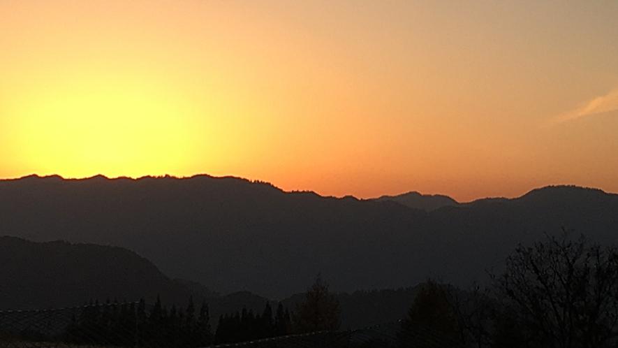 *山に沈む夕日。