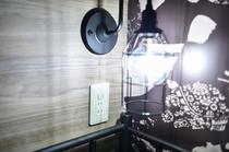 枕元にはコンセントが2つと照明が備え付けております!