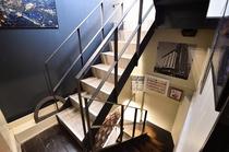室内(階段)皆様のご来館、心よりお待ちしております!