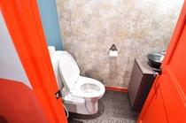 トイレ(シャワー付き)1階以外の各階に設置しています。