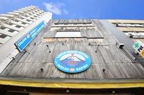 青い看板が目印のTOKYO HOSTEL ENISHIです★ ここで素敵な思い出や出会いを作ってくだ