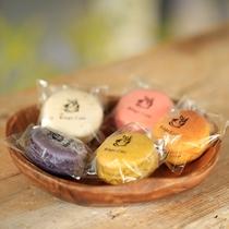 沖縄の食材が使われている色採りどりなマカロンは、食べる宝石。