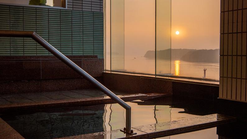 *【大浴場】6階/展望大浴場から見る日の出