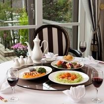 フレンチを思わせる美しい盛り付け―。テーブルを囲んで、中華卓盛をご堪能ください。