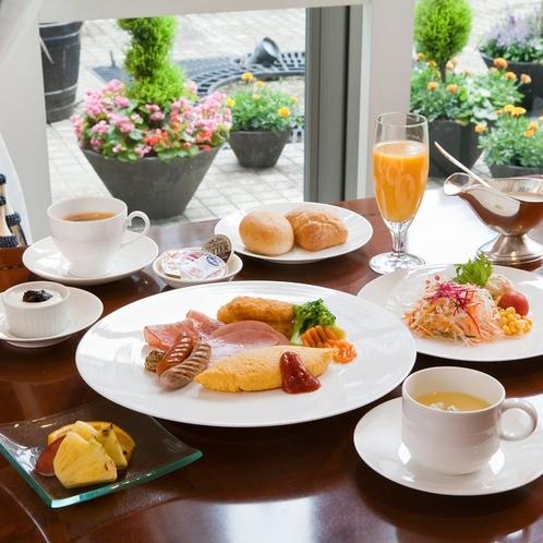 朝日が明るく差し込む爽やかな雰囲気の中での朝食。