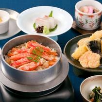 〈旨味たっぷり!ずわい蟹の釜飯御膳〉釜飯、天麩羅、お造りが味わえます!