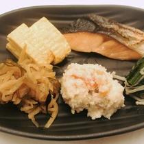 〈鮮魚市場直送!旬の焼き魚〉和食料理長が仕入れた新鮮な旬の魚が味わえます。