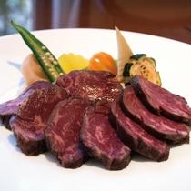 〈ブッフェ付きステーキランチ〉牛ハラミを使用し、じっくり味をしみこませたステーキ