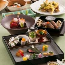 〈新感覚・日本料理 雅〉食材だけではなく、器までこだわりぬいた懐石料理を美味しく楽しめます。