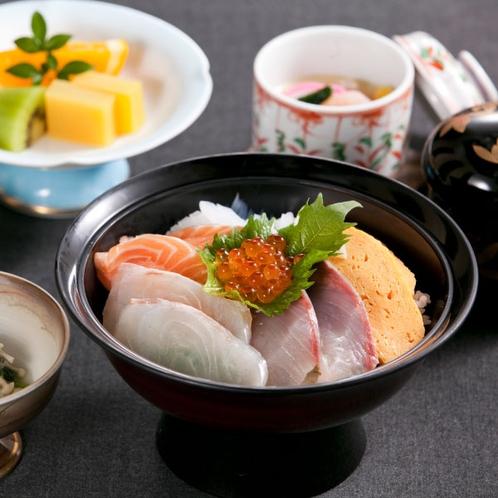 〈宿泊者限定!海鮮丼〉5種類の新鮮な海の幸が入った海鮮丼と茶碗蒸しやデザートも!