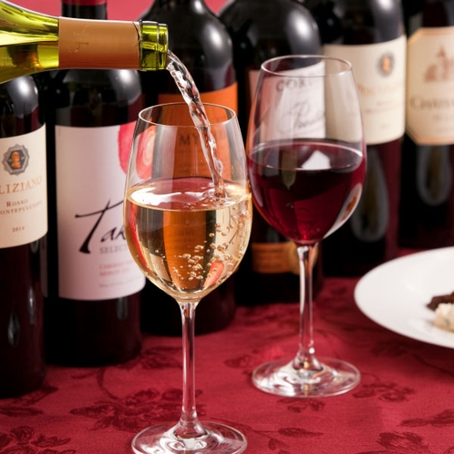 〈豊富な9種類のグラスワイン〉スパークリング・白・赤のグラスワインは季節ごとに内容が変わります。