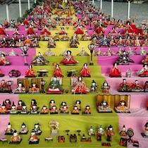 伊豆高原駅の雛人形】約370体が展示されています。(期間限定)