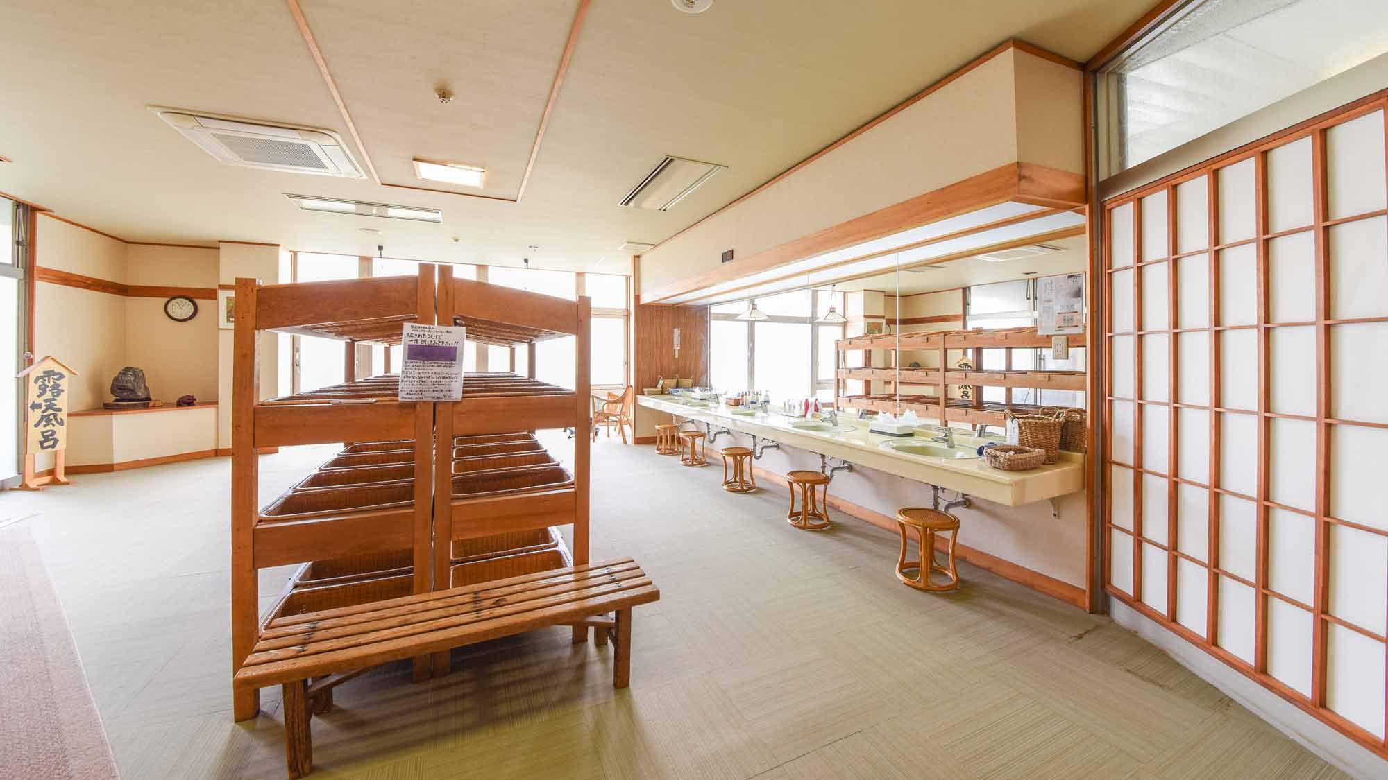 *【温泉/脱衣所】脱衣所も大きな窓で明るい造り、阿賀野川を望む造りとなっております。