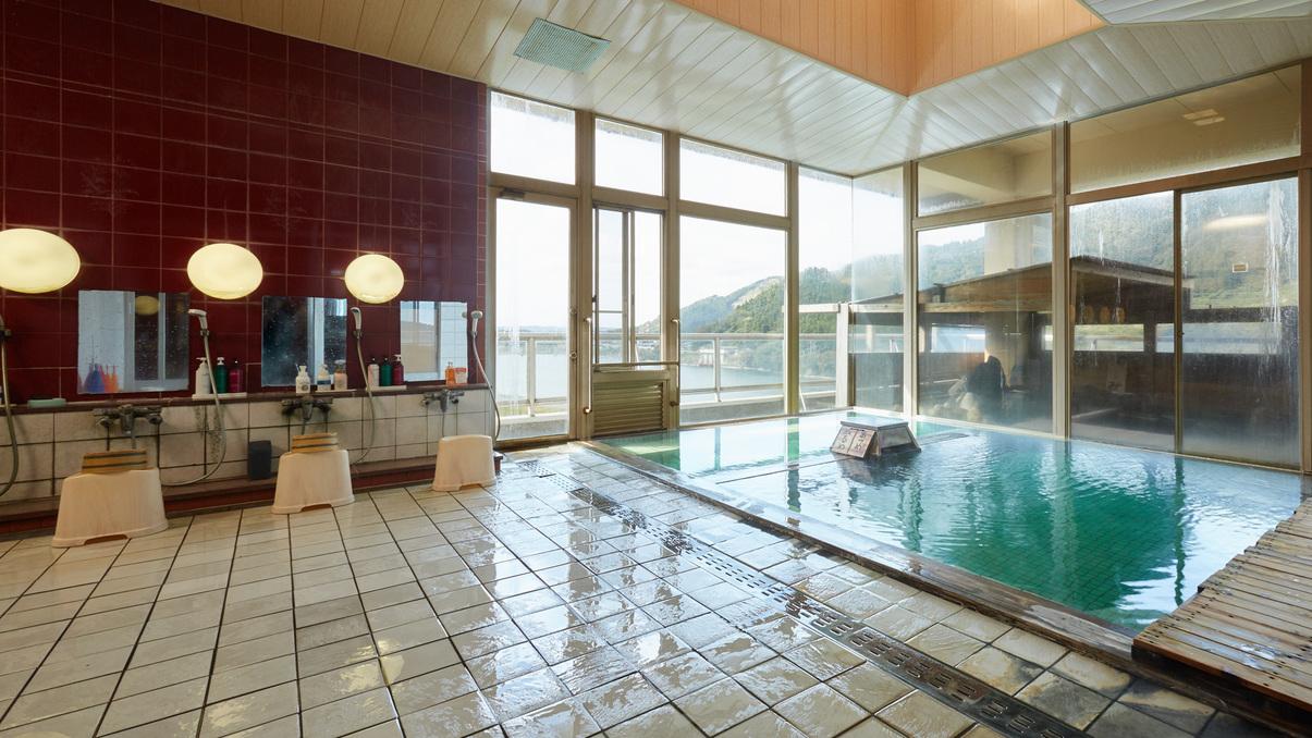 *【温泉/内湯大浴場】日によって湯の色が変わる温泉。県内で唯一、3色同時に楽しめる魔法の温泉です。