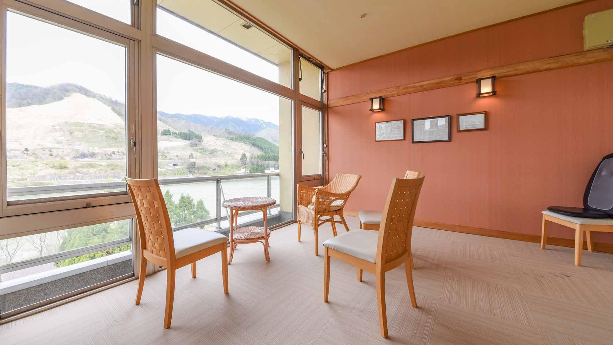 *【館内/湯上り処】お風呂あがりはこちらで一息。阿賀野川の優雅な流れを望みます。