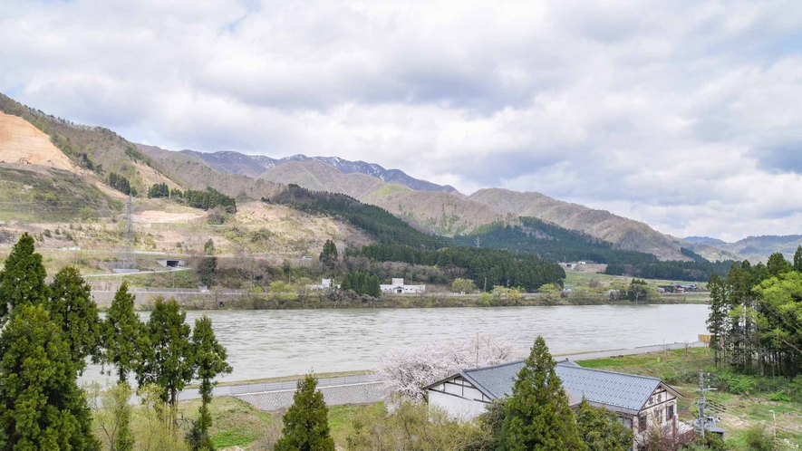 *【客室/和室12畳】川側客室からの眺望。四季折々、阿賀野川の雄大な自然をお楽しみください。