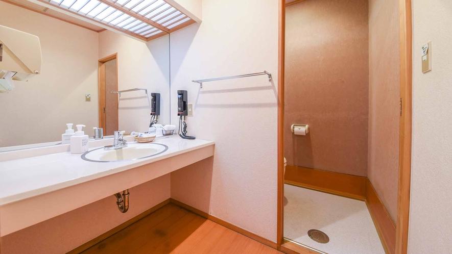 *【客室/和室12畳】鏡が広々、清潔感のある洗面台です。ドライヤーと各種アメニティを揃えています。