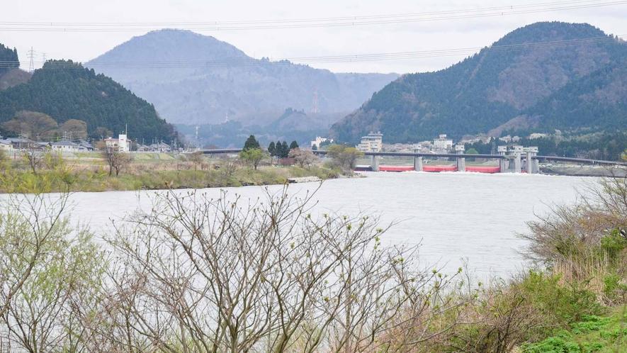 *【周辺/阿賀野川】喧騒を離れた旅先へ。阿賀の静観な流れをいつも横で感じられます。