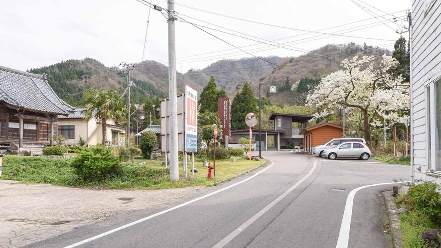*【周辺/咲花駅】当館から駅までの道のり。短い距離ですが、お車に気をつけてお越しください。