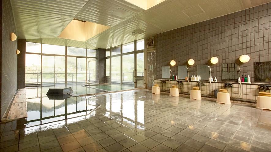 *【温泉/内湯大浴場】大きな窓が印象的な明るい浴室。身体の疲れをじっくり落としてくださいね。