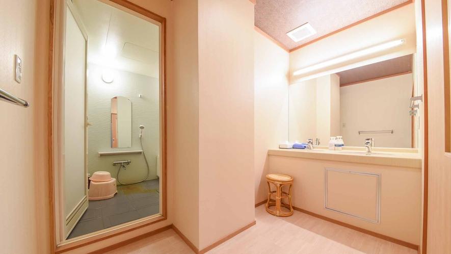 *【客室/和室13畳+8畳(101号室)】客室にはシャワー・バスタブと、広めの洗面台スペースを完備。