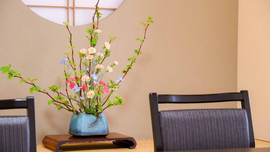 *【客室/和室13畳+8畳(101号室)】館内や客室を彩る花。四季折々の色合いをお楽しみください。