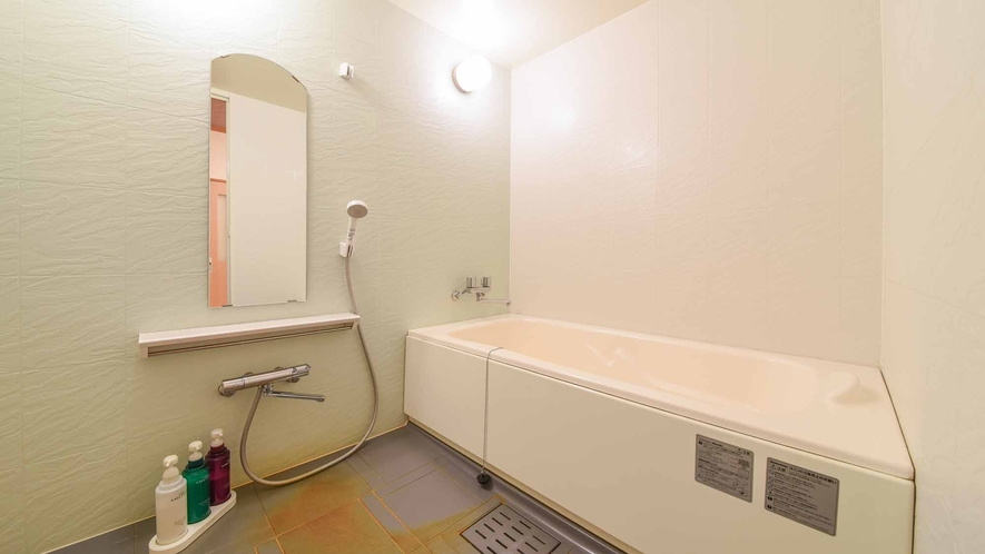 *【客室/和室13畳+8畳(101号室)】洗い場を兼ね備えたバスルーム。広めの浴槽をご利用頂けます