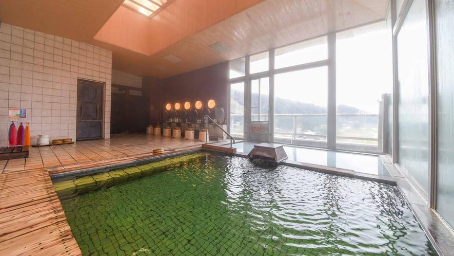 *【温泉/内湯大浴場】当館自慢、エメラルドグリーンの温泉。日々の温度・外気温で色の変化を楽しめます