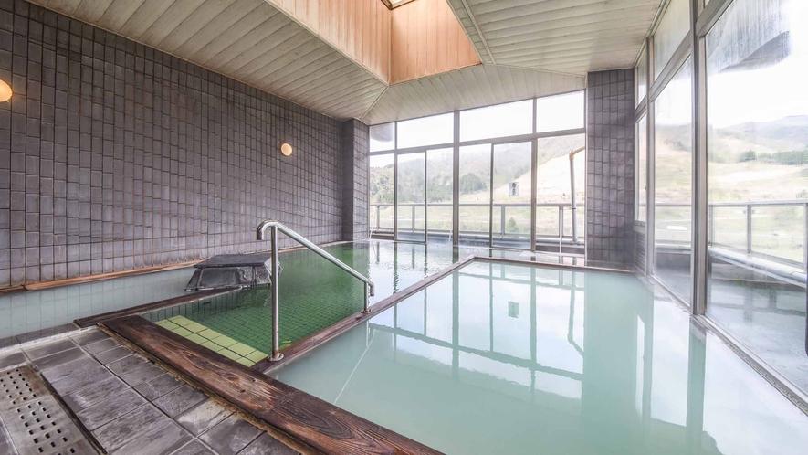 *【温泉/内湯大浴場】温泉の温度などによって透明・エメラルドグリーン・グリーン・乳白色と変化する温泉