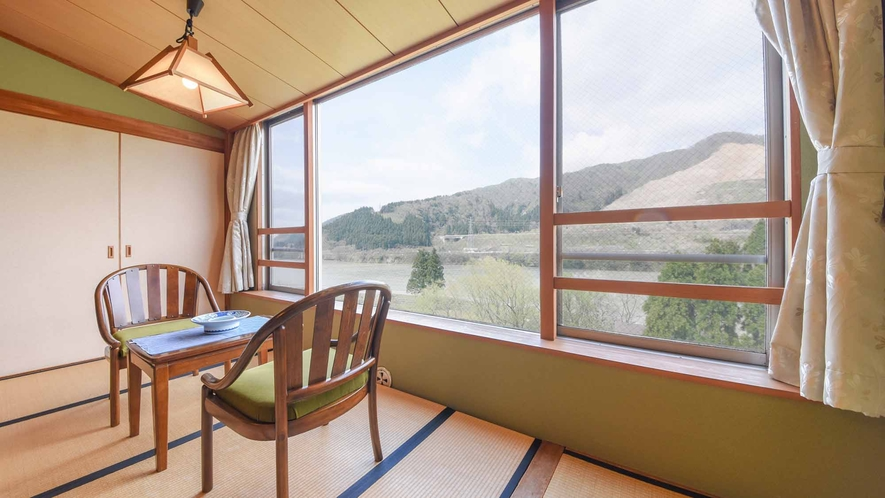 *【客室/和室12畳】窓辺から眺める阿賀野川。咲花温泉のゆっくりとした時間の流れをご体感ください。