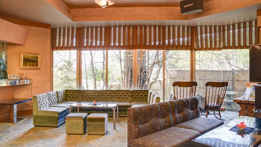 *【館内/ロビー】緑が明るい印象の1階コーヒーラウンジ。旅の一休みはこちらでどうぞ。