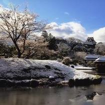 雪化粧した彦根城と玄宮園