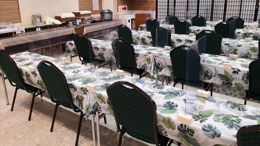 【朝食会場】向かい合わせの席を廃止、席と席の間に飛沫感染防止シールドを設置しております
